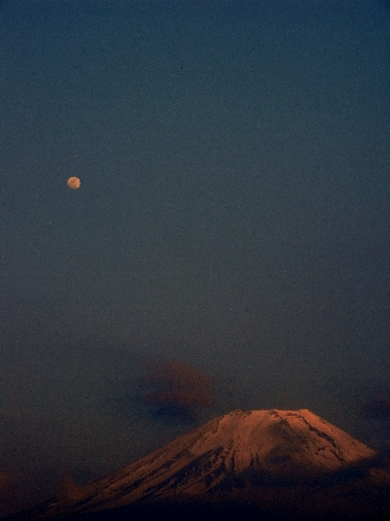 赤富士と月